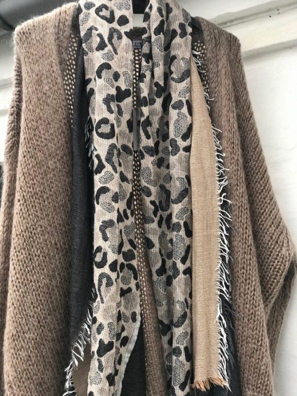 lys brun cardigan med tørklæde
